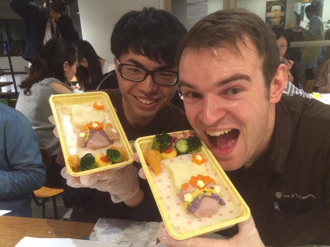 イギリス人スタッフのリチャードと台湾人スタッフのむーちゃん。FANTASTIC!なお弁当ができました♪