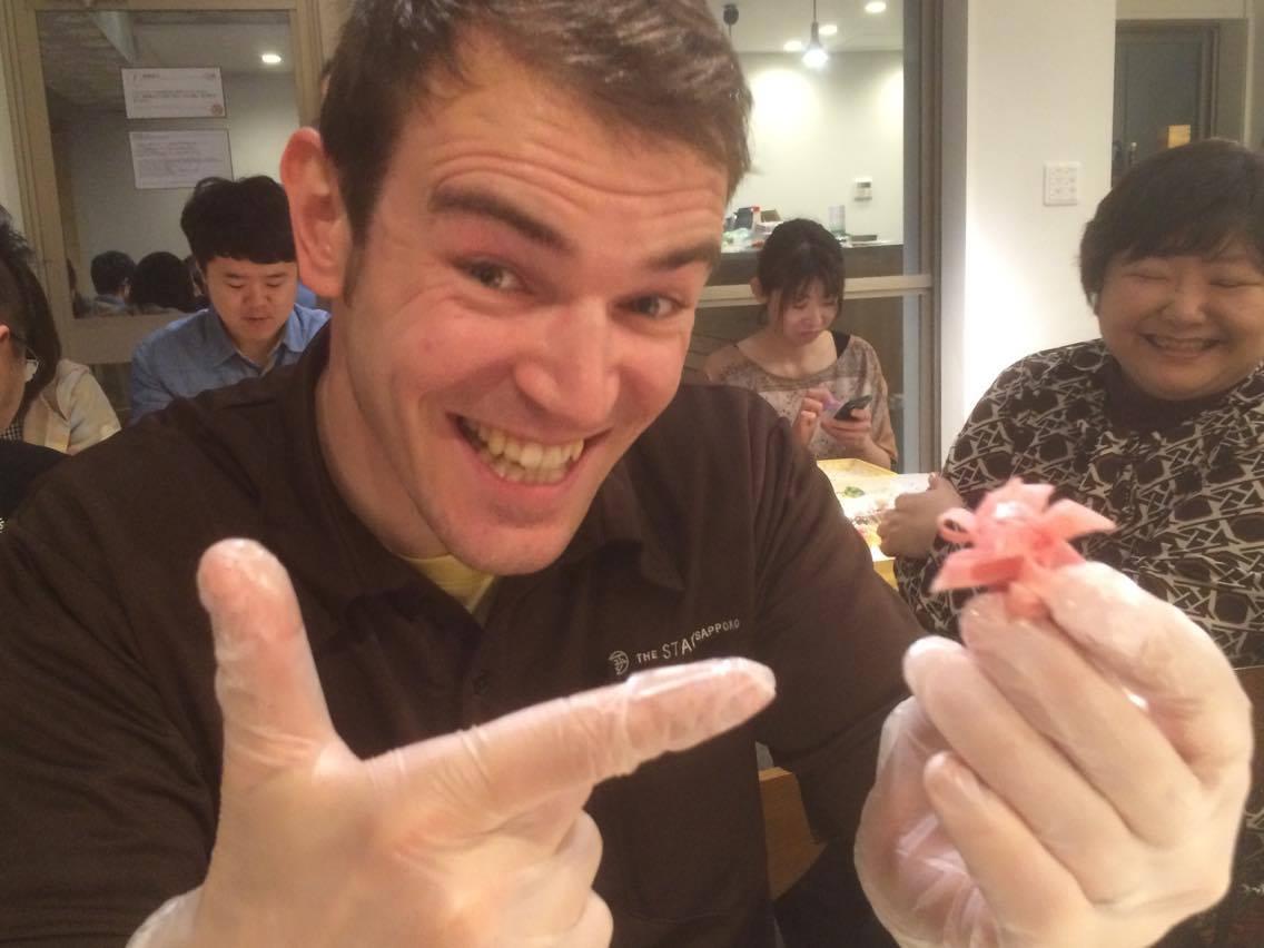 イギリス人スタッフのリチャード。ハムでお花を作って大満足の表情\(^o^)/!